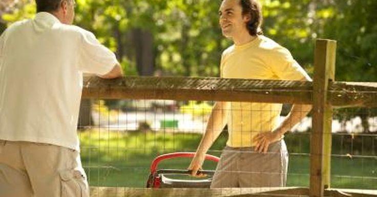 """Cómo tratar con un vecino acosador. """"Las buenas cercas hacen buenos vecinos"""", escribió Robert Frost. Esto significa que para mantener relaciones amistosas con los vecinos, debes respetar la privacidad de los demás y guardar una saludable distancia. Cuando hay desacuerdos, se pueden convertir rápidamente en acciones y venganzas. Puede ser que la razón para que un vecino sea acosador ..."""