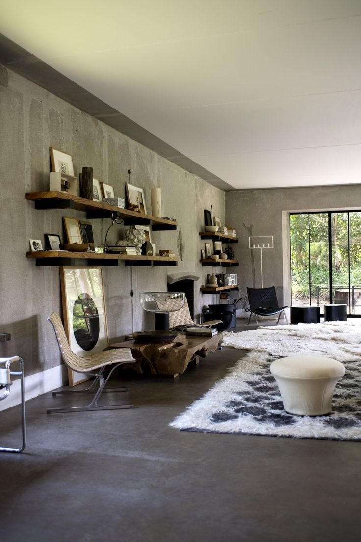 A mix of vintage, art and design in Bea Mombers living room - VOGUE Nederland