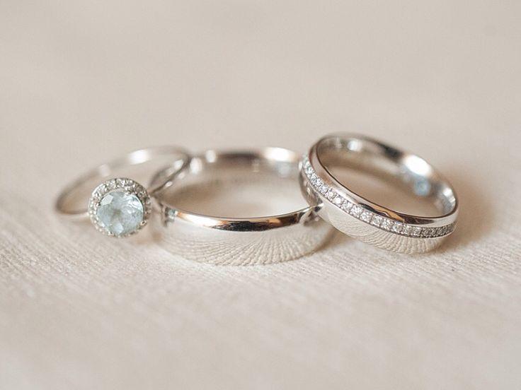 Gracias por esta bonita foto de vuestras alianzas de boda, Alba y Javi. Estas alianzas fueron realizadas en oro blanco y diamantes engastados en pavé, unas piezas muy elegantes.