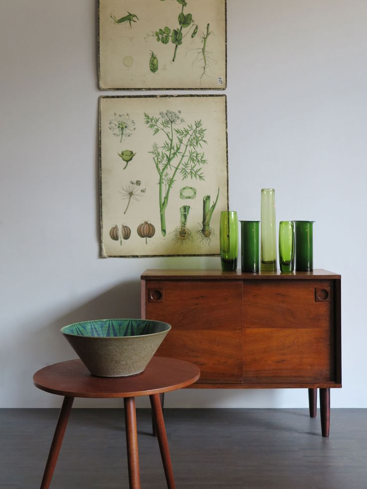 Sideboard danese in palissandro, anni 60 - Tavolino danese in teak anni 50 - Set vasi in vetro danesi produzione Holmegaard, anni 60 - Stampe floreali svedesi anni 50 - Centrotavola danese in gres disegnato da Thomas Toft, anni 50 e 60 / 60s litte danish rosewood sideboard - 50s danish teak coffe table - 60s Danish glass vases by Holmegaard - 50s Floral swedish pictures - Stoneware bowl by danish ceramist Thomas Toft, from the 1950s or 60s / www.capperidicasa.com