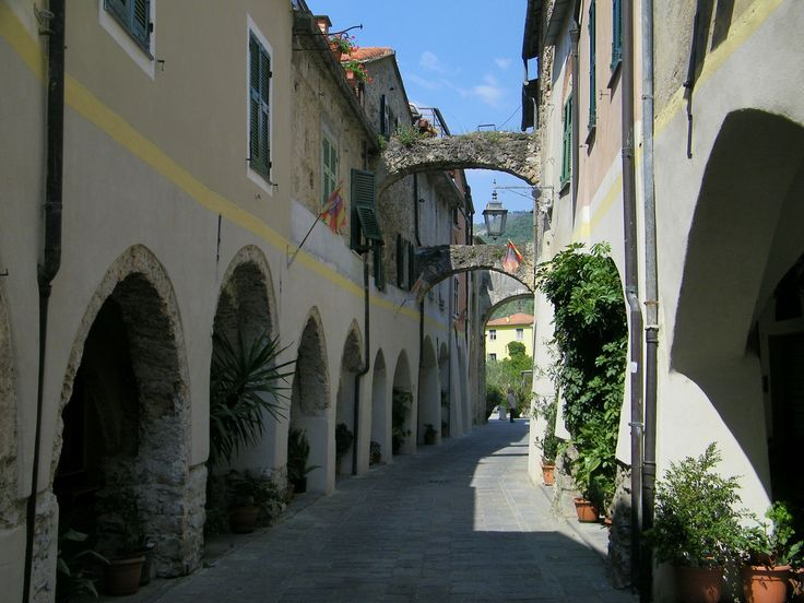 Immagini del Savonese: 7] Zuccarello (SV): portici. ❷