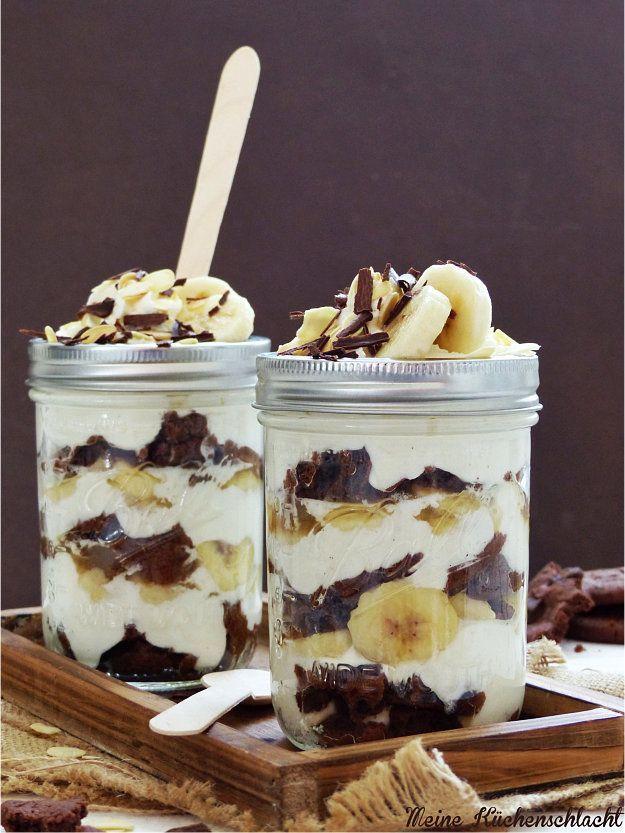 Meine Küchenschlacht: Banana Split im Glas - Schokoknusperkekse, Sahne-Mascarpone-Joghurt-Creme, Bananen und Schokoraspeln - http://www.meinekuechenschlacht.de/2015/09/banana-split-im-glas.html?m=1