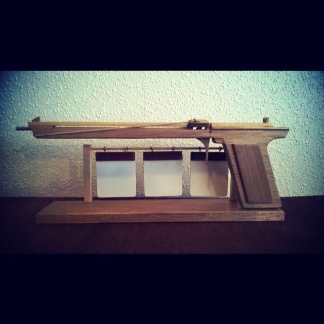 Elastiek pistool. Een leuk stukje speelgoed gebaseerd op een proppenschieter.  Zelf maken? Kijk eens op www.riksgewijs.nl