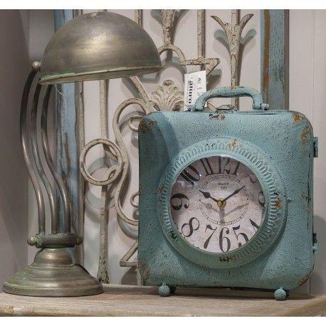 Zegar retro w kształcie kwadratowej walizeczki.  Więcej na: www.lawendowykredens.pl