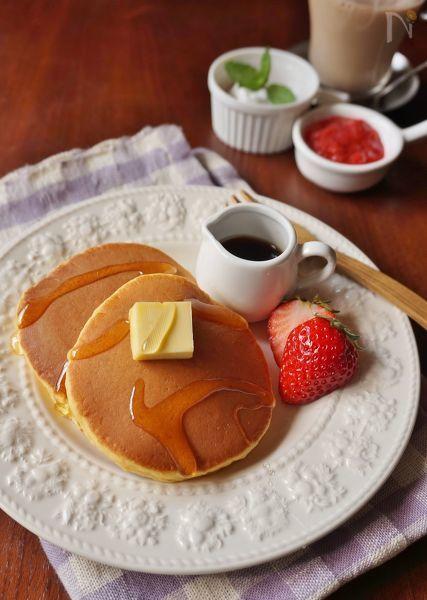 小さな子どもでも食べやすいよう、また一枚で栄養バランスが取れるように、生地にすりおろしたニンジンとヨーグルトを加えました。しっとりと柔らかく、ニンジンのオレンジ色が食欲をそそります。沢山作って冷凍できるので、忙しい朝の朝食やおやつにぴったりです。