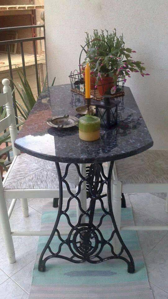 Mesa com reaproveitamento de um pé de máquina antiga.
