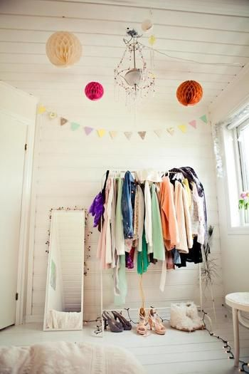 驚きの799円!IKEAの洋服ラックはシンプルでどんなお部屋にも合うん ... カラフルなお洋服がたくさん!という方はたくさん吊るして色が溢れる楽しい
