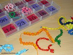 10 - 25 : Dénombrer les perles sur les colliers , puis les placer dans la bonne case.Cet atelier, très apprécié de mes élèves, permet également l'autocorrection, puisque chaque couleur de bouton ou de perle correspond à un chiffre bien précis.