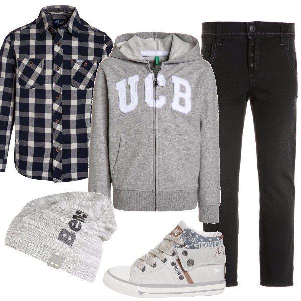 Jeans scuro slim fit, camicia a quadri blu, felpa grigia con zip e cappuccio. Sneakers alta color ghiaccio e cappellino grigio per le giornate ancora fresche.