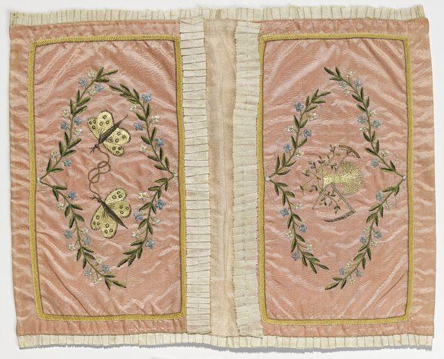 Suorakaiteinen taitettava lompakko vaaleanpunaista silkkisatiinia, samoin sisäpuoli, vuori valkoista silkkiä, sisällä kaksi lokeroa. Reunoja kiertää valk... lompakko; silkkilompakko 1798 | Kansallismuseo | Museo Finna