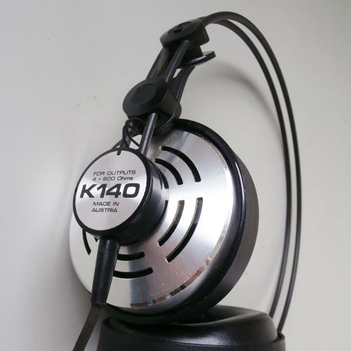 The AKG K140 headphones that Charlize Theron (Lorraine Broughton) is wearing in the movie Atomic Blonde (2017)