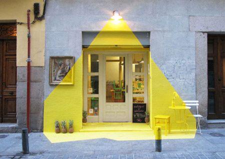 Envie de jaune ... Pour donner un coup de Peps à un façade d'un restaurant à Madrid, par le bureau Fos