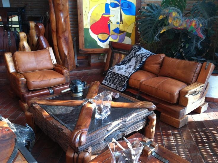 Pack de Sillones Red Wood de roble rústico con cojines de cuero natural rellenos de pluma.