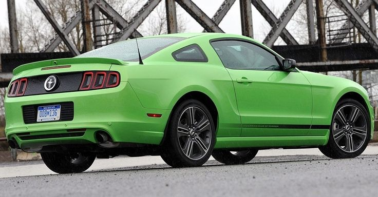 Ford Mustang Mark 5 (2005-2013)<br><br>Durante os oito anos da quinta geração o modelo recebeu diversas alterações visuais, todas sempre leves. Os faróis ganharam LED e ficaram mais afilados e as lanternas foram substituídas por conjuntos separados mais esportivos, por exemplo. Ao todo, foram 54 versões de acabamento