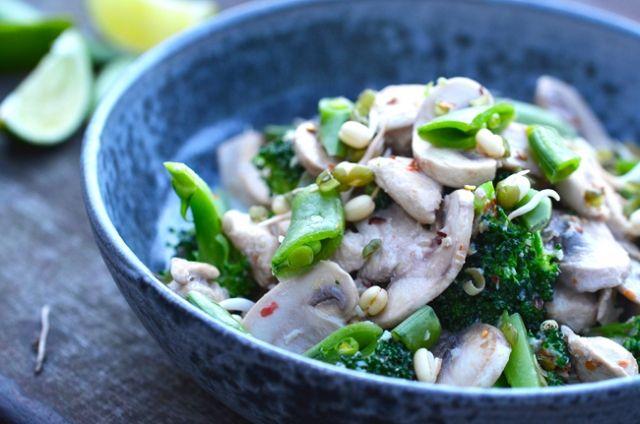 Wok med kylling, broccoli og sukkerærter