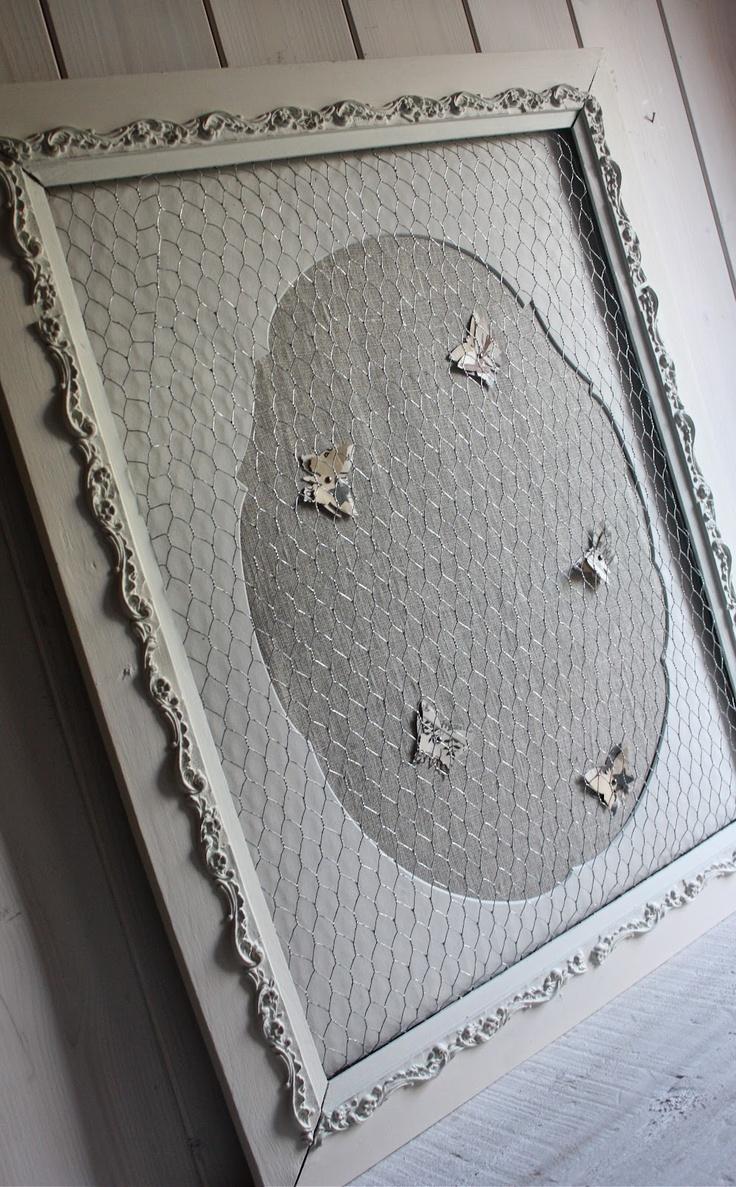 Pèle-mêle dans un cadre ancien, fond tissu lin, papillons papier