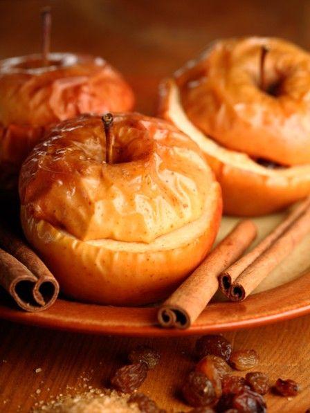 Cheesecake und Äpfel in einer Süßigkeit vereint - ein Gedicht. Wir genießen unseren Bratapfel mit einer Füllung aus Cheesecake und Zimt.