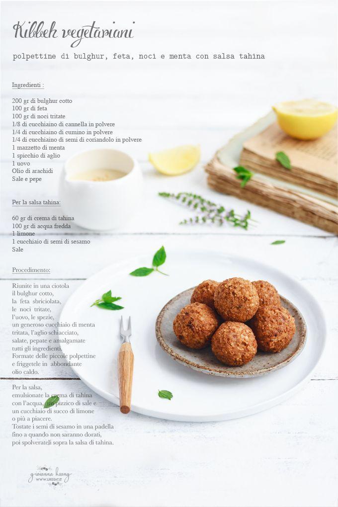 Kibbeh vegetariani - polpettine di bulgur, feta, noci e menta con salsa tahina. Piccoli bon bon salati ricchi di proteine, fibre e sali minerali.
