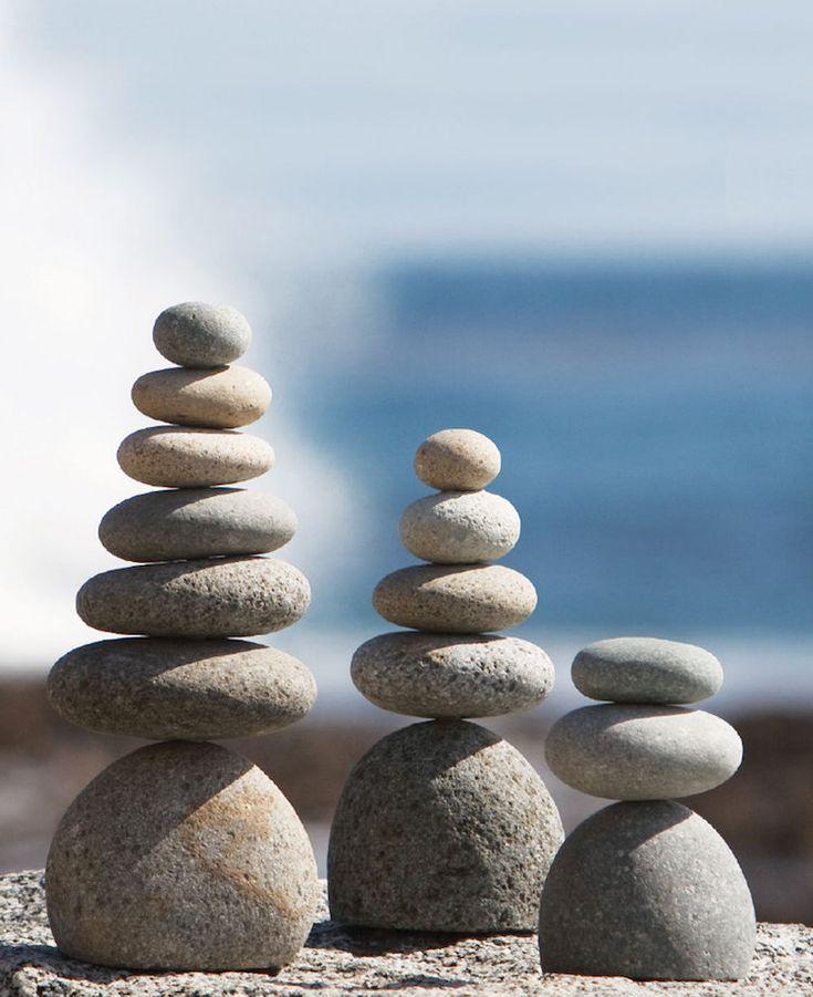 statue de jardin zen- cairns en galets et pierres de rivière