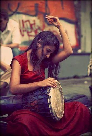 """""""El tambor era un instrumento femenino cuya forma evocaba el círculo de la tierra y el útero, el ciclo de la estaciones, la luna y la mujer; la voz del tambor era la de la tierra, el latido de la vida en el vientre materno y el oculto poder de la vida dentro del mundo palpable."""" M. Gray - Red Moon"""
