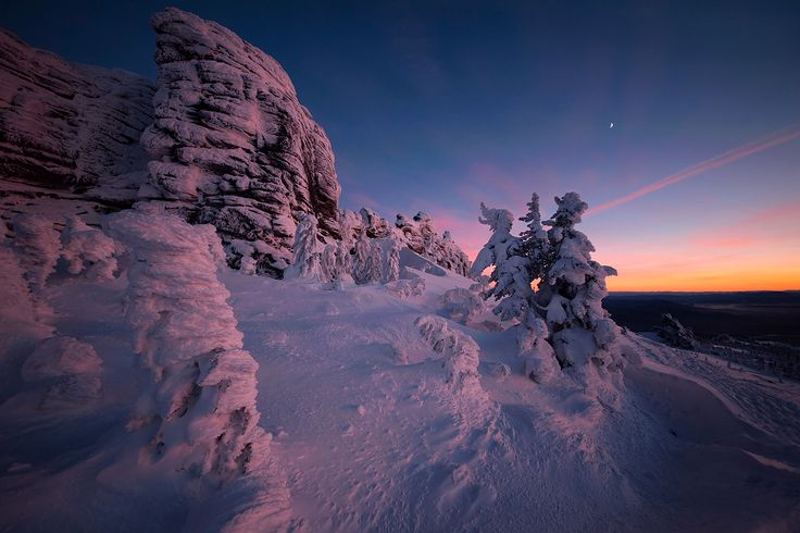 Шерегешский зимний вечер, сумерки. Сибирское солнце ушло за горизонт, но цветовая феерия на этом не закончилась! Чем-то картина стала даже интереснее… #вечер #сумерки #закат #снег #мороз #скалы #пихты #кедры #шерегеш #горная шория Автор: Валерий Пешков