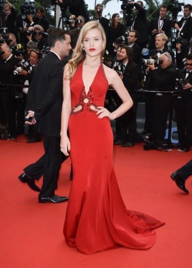 Georgia May Jagger in een vuurrode jurk van Roberto Cavalli tijdens Cannes Film Festival.