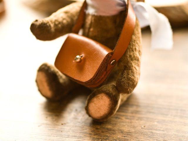 Малышка - сумка для мишки или куклы.   Сделана из натуральной кожи.  Дополнит образ вашей игрушки.  Сумочка открывается и внутрь можно что-то небольшое положить, например конфетку.  На маленьких куклах (17-25 см) сумочка смотрится большой, как сумка почтальона.  На больших куклах (30-40см) сумочка выглядит миниатюрным аксессуаром.  Все строчки сделаны вручную вощеной нитью.  Края сумки и ремешка обработаны воском.  Размеры сумочки - 5,5 см х4см х1,5см