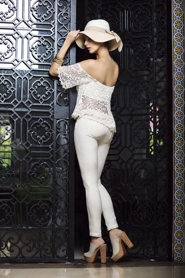 Ref. 352613: Blusa en guipiure - Ref. 382401: Pantalón en Denim Stretch - Ref. 302603: Calzado