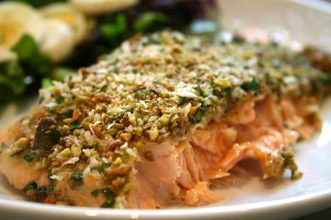 Ricetta estiva di sicilia: salmone in crosta di pistacchio al forno. Con retrogusto di miele e mostarda e crosta di pistacchi e pangrattato