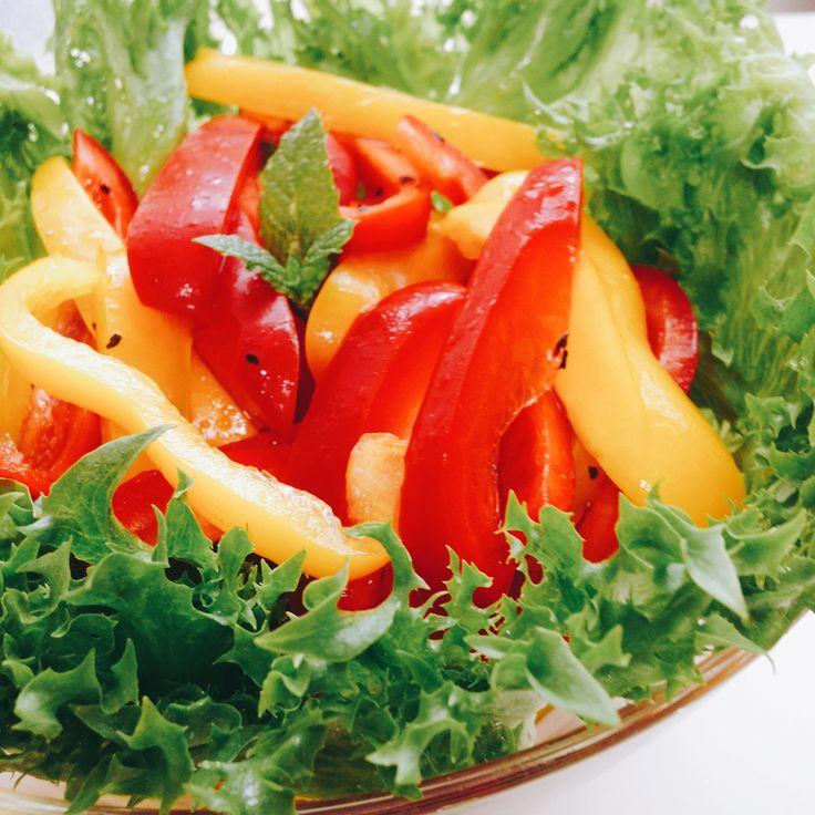 パプリカのマリネとフリルレタス Marinated pepper with frillice lettus