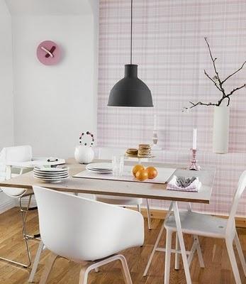 Lampa Unfold och rosa tapet Rut från Sandbergs. Snygga stolar och bord.