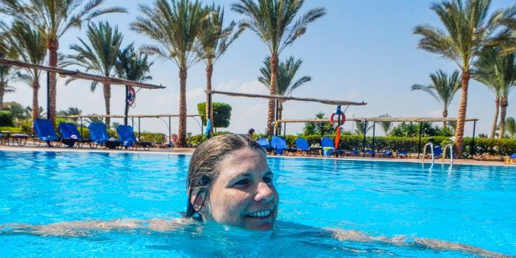 #Bloggerin #Susanne beim #Entspannen am #Pool © Susanne Cochlar