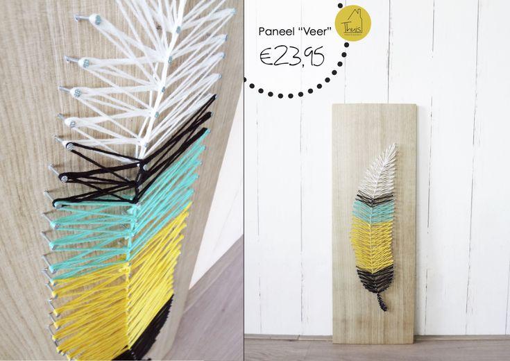 """Dit eikenhouten paneel is een echte eye-catcher voor aan de wand. Met kleine spijkertjes is er een vorm gemaakt, in dit geval een veer. Tussen de spijkertjes is draad gespannen in verschillende kleuren om de vorm """"in te kleuren"""". Door de hoogte van de spijkertjes is er een kleine afstand tussen het draad en het hout, dit zorgt voor een prachtig 3D effect. Deze techniek sluit goed aan bij de grafische trend die we nu veel zien met strakke lijnen."""