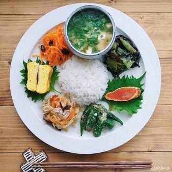刻んだネギがたっぷり入ったスープと共に、いろんなおかずをぐるっと並べて♪真ん中にご飯を盛り付けると可愛く仕上がりますね。