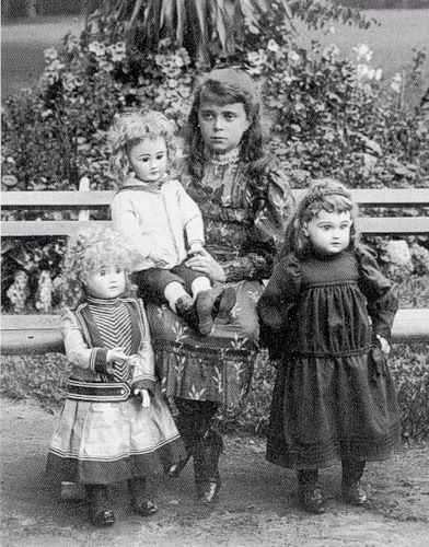 Grand duchess Helen Vladimirovna : Daughter of Maria Pavlovna holding a Dep French market doll. On her left a french Tete Jumeau and a Fre.A.Steiner on her right.