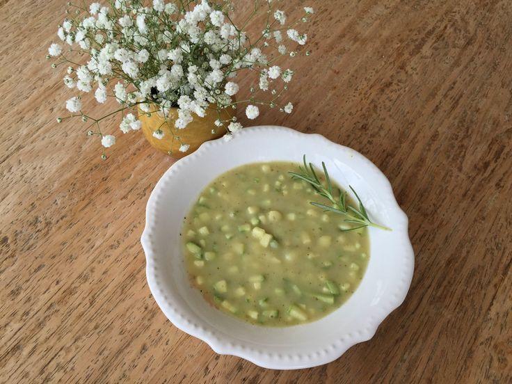 Sopa com Mini cubos de abobrinha crocante!!!Vai precisar de… 300g de Batata 300g de Cebola 250g de Abobrinha 2 cl de sopa de azeite de oliva 800ml de água 2 dentes de alho 1 colher de sopa de salsa picada 1 raminho de cada erva fresca …