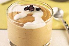Esse todo mundo pode: mousse de café diet! Ingredientes: 1/2 envelope de gelatina em pó sem sabor incolor; 1 colher (sopa) de café solúvel; 1/2 xícara (chá) de água fria; 1 xícara (chá) de água fervente; 1/2 xícara (chá) de leite desnatado; 2 xícaras (chá) de leite em pó desnatado; 1 colher (sobremesa) de adoçante dietético em pó; 3 claras. http://entretenimento.r7.com/receitas-e-dietas/fotos/celebre-a-ocasiao-com-receitas-diferentes-com-a-bebida-20110414-1.html#fotos