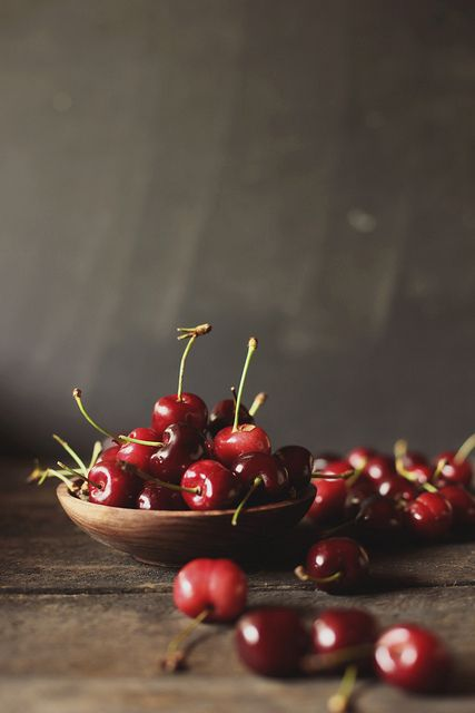 Kersen zijn erg gezond, ze bevatten weinig calorieën   en veel snelle suikers en mineralen. De suikers in kersen   zijn glucose en fructose, deze worden snel opgenomen in het lichaam en daardoor leveren kersen snel energie. Verder bevatten ze veel vezels, dat is weer goed voor   de darmen. Ze hebben ook een vochtafdrijvende   werking, waardoor ze dus goed zijn voor de nieren.