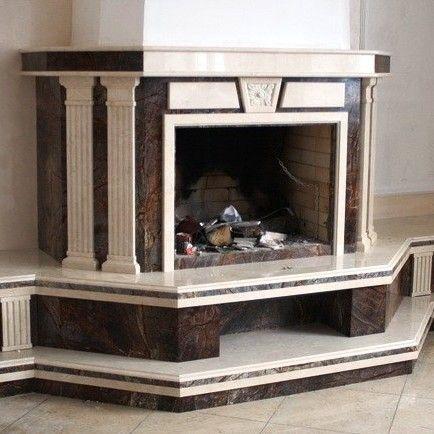 Классический камин из камня, портал которого выполнен в греческом стиле – с колонами, капителями и барельефами – центровое место в среднем по площади помещении. Перед камином невысокий круглый