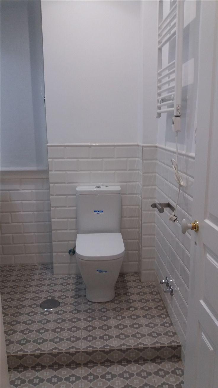 Alicatado de baño con azulejo de gres modelo metro, inodoro The Gap de Roca.