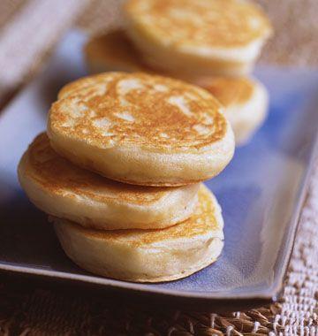 10-15 blinis 0.1 Yogur griego (150 g) 1 huevo 100 g de harina 1 cucharadita de polvo para hornear sal 1. Mezcle todos los ingredientes juntos, descansar durante una hora en el refrigerador.   2. Engrase ligeramente una sartén antiadherente o sartén. Calentar a fuego medio y dejar cocer blinis  de a cucharadas   3. Al hacer agujeros, voltear y cocer   4. Sirva inmediatamente o calentar antes. .