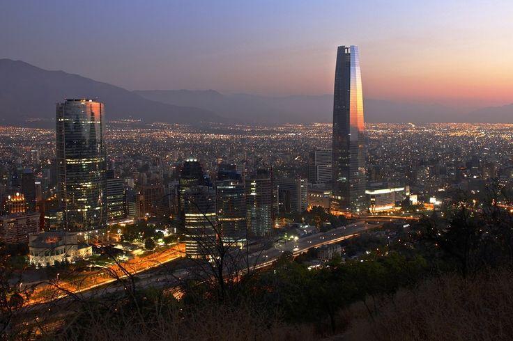 Por la espectacular vista de la zona metropolitana de Santiago cuando empieza a caer la noche. | 19 Pruebas de que hay que terminar el día en Chile