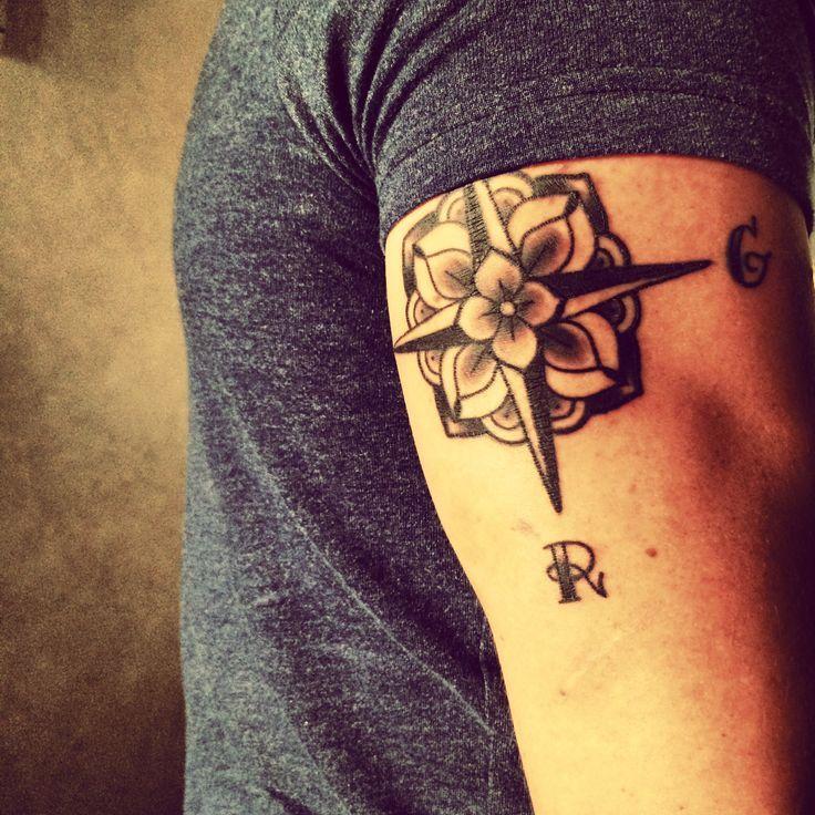 tatouage rose des vents sur bras triceps homme