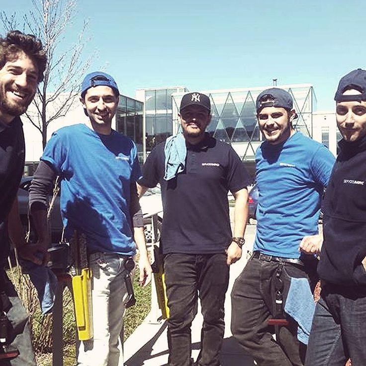 Notre équipe attentionnée est prête à réaliser tous vos travaux d'entretien. Que ce soit le lavage des fenêtres intérieures et extérieures ou le nettoyage de vos gouttières. #entretien #lavage #gouttiere #gutter #equipe #window #nettoyage #cleaning