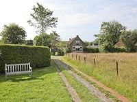 Gezellig VRIJSTAAND woonhuis op een prachtige locatie aan de rand van het dorp Wijckel. Het woonhuis is gebouwd op een kavel van circa 510 m² eigen grond, heeft een prachtige uitzicht over weilanden en ligt circa 200 meter van de doorgaande weg hierdoor biedt het optimale privacy. Menno van Coehoornweg 23 te Wijckel