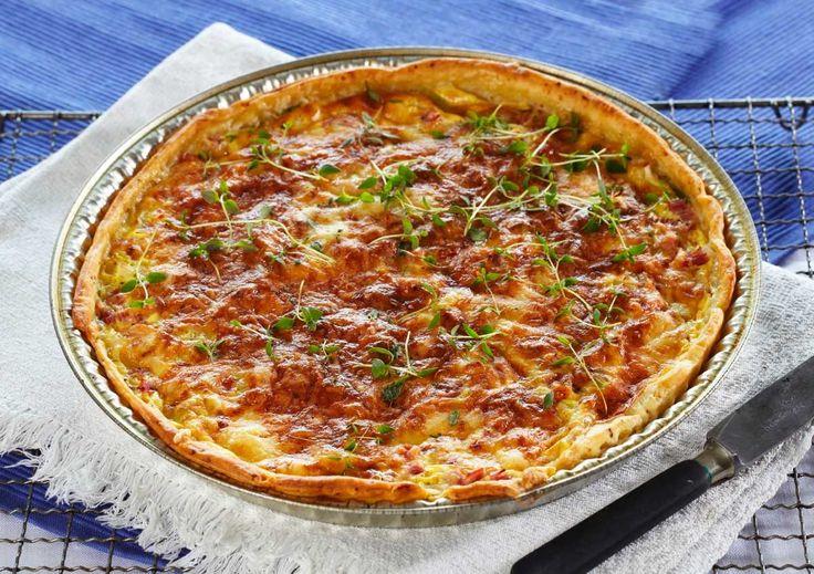 En smakfull ostepai er alltid vellykket å servere gjestene og denne er svært enkel å lage, særlig når du skal ha venner på besøk en kveld midt i uka. Sveitserost har en fyldig smak som smaker kjempegodt i paien.