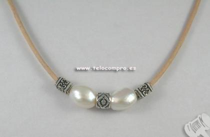 Collar en cuero natural, perlas auténticas cultivadas, ✿⊱╮Teresa Restegui http://www.pinterest.com/teretegui/✿⊱╮