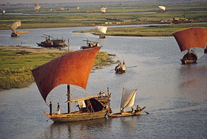 Деревянные лодки с красным парусом на реке Тураг в Бангладеш. Сентябрь 1972.
