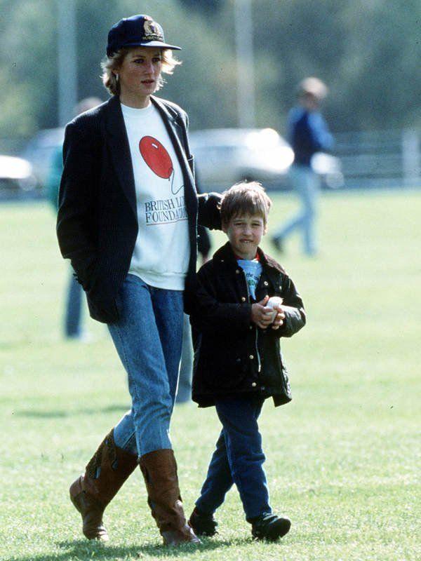 Cool: Lady Diana Blazer zu Sweatshirt und Jeans und obendrauf noch ein Cap. Lässiger Look…