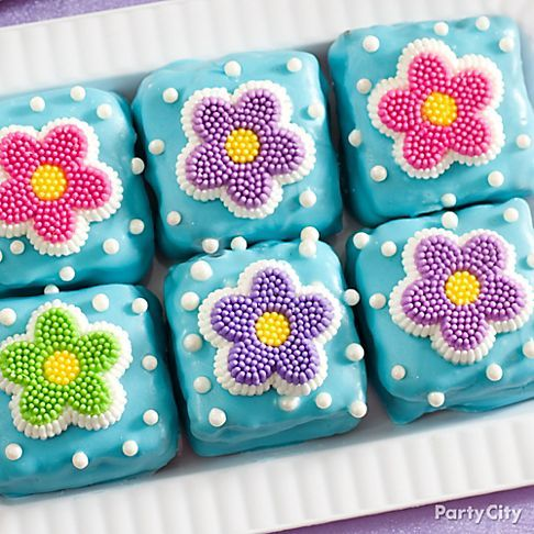So pretty, and easier to make than petit fours! Just dip brownie squares in blue candy melt and top with candy daisies and pearl sprinkles. Click for more Easter treats ideas!
